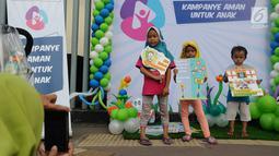 Anak-anak sedang berpose dengan membawa poster pada acara Deklarasi Pemilu Ramah Anakdi Gedung Bawaslu, Jakarta, Minggu (17/3). KPU melarang anak-anak untuk terlibat dalam aktivitas kampanye politik.(Liputan6.com/Herman Zakharia)