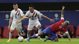 Gelandang Chile, Eduardo Vargas (kanan) berusaha merebut bola dari pemain Paraguay, Angel Cardozo pada pertandingan lanjutan Grup A Copa America 2021 di Stadion Nacional Mane Garrincha, Brasilia, Jumat (25/6/2021) pagi WIB. Paraguay menang atas Chile dengan skor 2-0. (AP Photo/Eraldo Peres)