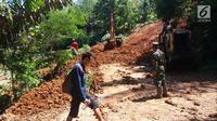 Petugas melakukan pengurukan material longsor di ruas Ciwidey-Cidaun, Kabupaten Cianjur, Jawa Barat (27/4). Dari tiga titik tersebut lokasinya berdekatan. Satu diantaranya tinggi timbunan tanah kurang lebih mencapai dua meter. (Liputan6.com/Ahmad Sudarno)