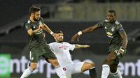 Gelandang Manchester United (MU) Bruno Fernandes dan Paul Pogba saat menghadapi Sevilla di semifinal Liga Europa 2019/20. (foto: AP Photo/Martin Meissner, Pool)