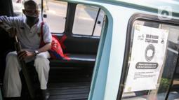 Penumpang menerapkan jaga jarak saat menaiki angkutan umum Jak Lingko di kawasan Cawang, Jakarta, Senin (6/7/2020). Pada perpanjangan masa PSBB transisi, angkutan umum sudah mulai beroperasi kembali dengan menerapkan protokol Kesehatan Covid-19. (Liputan6.com/Faizal Fanani)