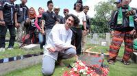 Reza Rahadian ziarah ke Makam Benyamin S. (Deki Prayoga/bintang.com)