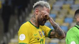 Penyerang Brasil, Neymar mengusap air mata usai pertandingan melawan Argentina pada final Copa America 2021 di stadion Maracana di Rio de Janeiro, Brasil, Minggu (11/7/2021). Argentina menang 1-0. (AFP/Nelson Almeida)