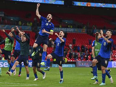 Para pemain Italia melakukan selebrasi usai mengalahkan Austria pada pertandingan babak 16 besar Euro 2020 di Stadion Wembley, London, Inggris, Sabtu (26/6/2021). Italia menang 2-1. (Ben Stansall/Pool Photo via AP)