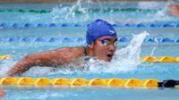 Perenang Jatim, Ressa Kania Dewi, menyumbangkan dua medali emas dari nomor 200 meter gaya bebas putri dan 100 meter estafet gaya ganti putri PON 2016, Selasa (20/9/2016). (Bola.com/Fahrizal Arnas)
