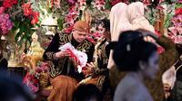 Pengantin Kahiyang Ayu dan Bobby Nasution saat berada di pelaminan usai melaksanakan akad nikah di Graha Saba Buana, Solo, Rabu (8/11). (Liputan6.com/Pool/Jimboengphoto)
