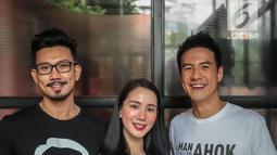 Pemain 'A Man Called Ahok', Denny Sumargo, Jill Gladys, Daniel Mananta berpose bersama  saat promo film terbarunya di Gedung KLY Gondangdia, Jakarta, Selasa (30/10). Film ini diproduksi oleh The United Team of Art . (Liputan6.com/Faizal Fanani)