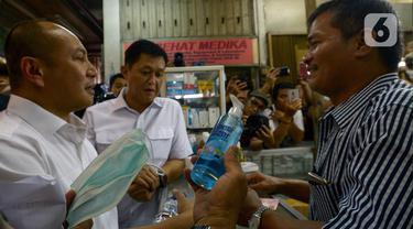 Petugas Polda Metro Jaya menggelar sidak di salah satu toko penjualan masker di Pasar Pramuka, Jakarta Timur, Rabu (4/3/2020). Sidak dilakukan untuk menyikapi lonjakan harga dan kelangkaan masker di pasaran terkait virus corona atau COVID-19. (merdeka.com/Imam Buhori)