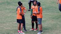 Staf pelatih Persebaya, Rudy Eka Priyambada, Bejo Sugiantoro, Miftahul Hadi, dan Noor Arief Budiman. (Bola.com/Aditya Wany)
