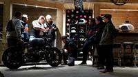 Rombongan builder Indonesia yang merupakan pemenang Suryanation Motorland 2018 mengunjungi workshop Ironwood Motorcycle yang berada di Almere, Belanda. (Suryanation)