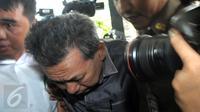 Ketua PN Kepahiang, Bengkulu berinisial JP tiba di gedung KPK setelah dipindahkan dari Bengkulu, Jakarta, (24/5). JP yang juga menjabat sebagai hakim pengadilan tipikor Bengkulu ditangkap tangan di rumah dinasnya. (Liputan6.com/Helmi Afandi)