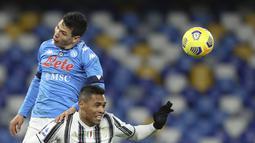 Penyerang Napoli, Hirving Lozano berebut bola udara dengan bek Juventus, Alex Sandro pada pertandingan Liga Serie A Italia di stadion Diego Armando Maradona di Naples, Italia, Minggu (14/2/2021). Kemenangan ini membuat Napoli naik ke posisi 4 besar. (Alessandro Garofalo/LaPresse via AP)