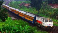 Rangkaian Kereta Kaligung melintasi Pantura Jateng. Kini kereta jarak menengah itu ditambah jam perjalanan dan bonus potongan harga. (foto : Liputan6.com / edhie prayitno ige)