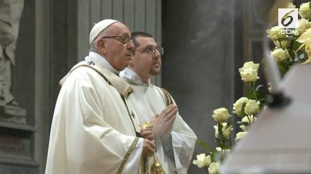 Paus Fransiskus memimpin umat Katolik Roma pada Misa Malam Natal, Senin (24/12) waktu setempat.