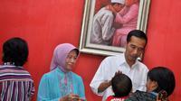 Presiden terpilih Joko Widodo (tengah) bersama ibundanya Sudjiatmi Notomihardjo (kedua kiri) menyapa warga saat open house di kediamannya, Sumber, Solo, Jateng, (29/7/2014). (ANTARA FOTO/Aloysius Jarot Nugroho)