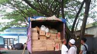 Polisi menggagalkan penyelundupan 200 dus berisi petasan berdaya ledak tinggi di Ternate, Maluku Utara. (Liputan6.com/Hairil Hiar)