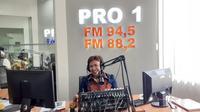 Neltje Youke Leleran saat mengajar di Radio Republik Indonesia Manado melalui Program Ibu Pertiwi Memanggil.