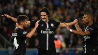 Para pemain PSG merayakan gol yang dicetak Edinson Cavani ke gawang Red Star pada laga Liga Champions di Stadion Parc des Princes, Paris, Rabu (3/10/2018). PSG menang 6-1 atas Red Star. (AFP/Franck Fife)