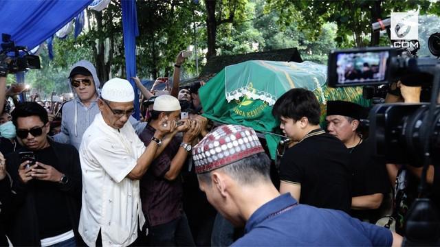 Air mata mengiringi pelepasan Jenazah Julia Perez yang dimakamkan di TPU Pondok Ranggon, Jakarta Timur.