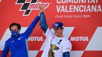 Pembalap Suzuki Ecstar, Joan Mir (kanan) merayakannya dengan Manajer Tim Davide Brivio setelah memenangkan kejuaraan dunia MotoGP setelah Grand Prix Valencia di sirkuit Ricardo Tormo di Valencia  (15/11/2020). (AFP/Lluis Gen)