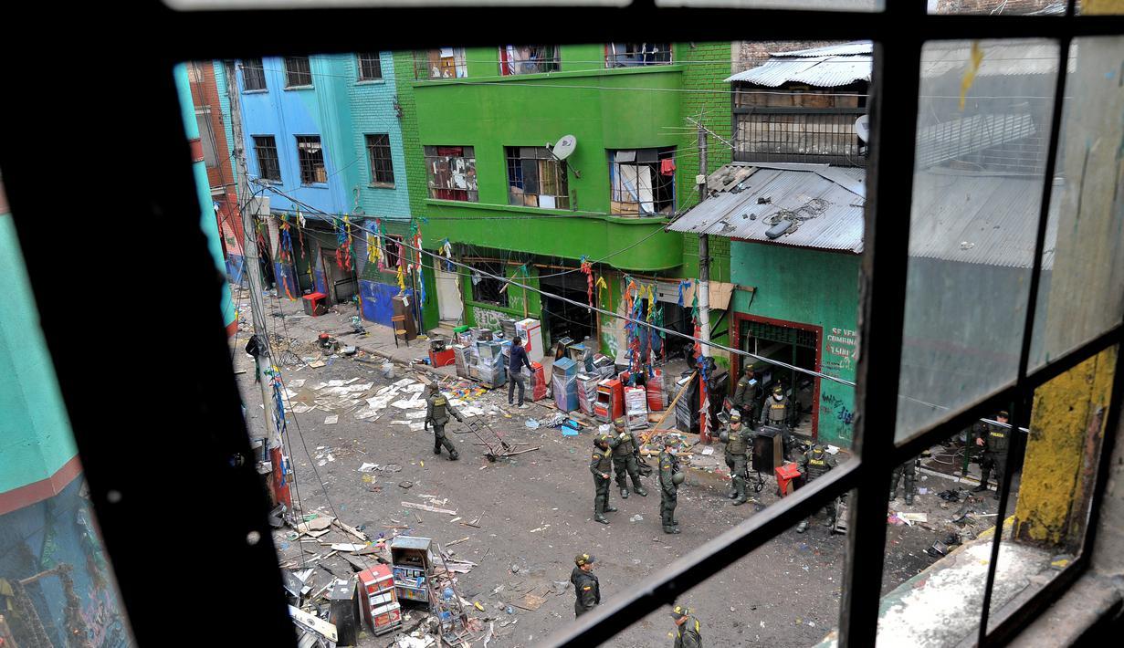Sejumlah petugas saat menggerebek kampung narkoba dan prostitusi The Bronx di Bogota, Kolombia (1/6). Kepolisian dan kejaksaan Kolombia menggelar razia besar-besaran di wilayah The Bronx. (AFP PHOTO/Guillermo LEGARIA)