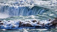 Es dan air mengalir di tepi Horseshoe Falls dari Air Terjun Niagara di Ontario, Kamis (31/1). Saat AS dilanda suhu yang lebih dingin dari Antartika, temperatur di Kanada juga menurun menjadi minus 18 derajat Celcius (Tara Walton/The Canadian Press via AP)