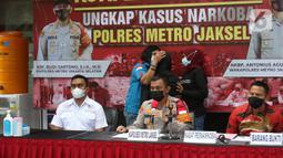 Kapolres Metro Jakarta Selatan, Kombes Pol Budi Sartono saat rilis kasus dugaan penyalahgunaan narkoba yang menjerat Ratna Fairuz Albar atau Iyut Bing Slamet, Sabtu (5/12/2020). Saat penangkapan, polisi menemukan barang bukti berupa satu clip plastik sabu bekas pakai. (Liputan6.com/Herman Zakharia)
