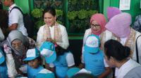 Ibu Negara Iriana Jokowi menyanyi bersama dengan anak-anak PAUD Putra Pertiwi di Kelurahan Gilingan, Solo, Kamis (5/9).(Liputan6com/Fajar Abrori)