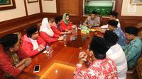 Ketua Umum PSI Grace Natalie bersama jajaran pengurus saat bertemu Ketua Umum PBNU, KH Said Aqil Siradj di Kantor PBNU, Jakarta, Senin (26/3). Dalam pertemuan tersebut PSI juga meminta masukan kepada Said Aqil. (Liputan6.com/Angga Yuniar)