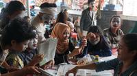 Mahasiswa ISBI Bandung terkejut dengan kehadiran sejumlah pantomim di kampusnya, Jumat (25/3/2019). (Huyogo Simbolon)
