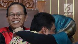 Terdakwa kasus penyebaran berita bohong atau hoaks Ratna Sarumpaet (tengah) memeluk Presiden Konfederasi Serikat Pekerja Indonesia (KSPI) Said Iqbal dalam sidang lanjutan di PN Jakarta Selatan, Selasa (9/4). Keduanya cipika cipiki saat bertemu dalam sidang. (Liputan6.com/Immanuel Antonius)