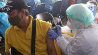 Vaksinator menyuntikkan vaksin COVID-19 kepada sopir angkutan kota di Terminal Poris Plawad, Cipondoh, Kota Tangerang, Kamis (4/3/2021). Ada sebanyak 1.000 peserta pekerja transportasi mulai dari sopir angkot, bus, taksi dan ojek yang divaksinasi Covid-19. (Liputan6.com/Angga Yuniar)