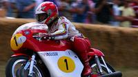 Giacomo Agostini menunggangi motor MV Agusta 500 Three. (Motorcycleonline.com)