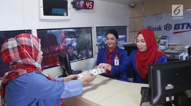 20170607-Warga Mulai Antre Tukar Uang Pecahan di Monas-Angga
