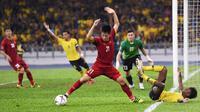 Bek Timnas Vietnam, Tran Dinh Trong, saat melawan Malaysia di final Piala AFF 2018 di Stadion Nasional Bukit Jalil, Kuala Lumpur (11/1/2019). (Mohd Rasfan/AFP)