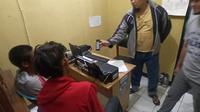 Dua kakak beradik, akhirnya berusursan dengan kepolisian, setelah aksinya mencuri kotak amal terciduk petugas (Liputan6.com/Jayadi Supriadin)