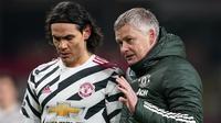 Manajer Manchester United, Ole Gunnar Solskjaer dan striker Edinson Cavani. (Jon Super/POOL/AFP)