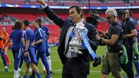 Manajer Chelsea, Antonio Conte, mengaku pasrah atas kelanjutan masa depannya meski berhasil mempersembahkan gelar Piala FA 2017-2018. (AFP/Ian Kington)