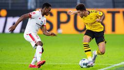 Gelandang Borussia Dortmund, Jadon Sancho, berebut bola dengan gelandang Mainz, Ridle Baku, pada laga lanjutan Bundesliga di Signal Iduna Park, Dortmund, Kamis (18/6/2020) dini hari WIB. Borussia Dortmund menyerah 0-2 atas Mainz. (AFP/Guido Kirchner/pool)