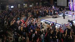 Motivator Tung Desem Waringin mengajak peserta mengangkat tangan saat berbagi pengalaman hidup dalam Emtek Goes To Campus (EGTC) 2018 di Universitas Gadjah Mada (UGM), Yogyakarta, Kamis (18/10). (Liputan6.com/Herman Zakharia)