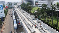 Suasana pemasangan rel kereta proyek pembangunan MRT di Jakarta, Selasa (31/10). Rinciannya, pembangunan elevated (layang) 70,16%, dan underground (bawah tanah) 90,22%. Saat ini pembangunan sedang tahap pemasangan rel. (Liputan6.com/Angga Yuniar)