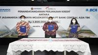 Penandatanganan perjanjian kredit antara PT Jasamarga Surabaya Mojokerto dan PT Bank Central Asia Tbk pada Rabu, 13 Oktober 2021.(Dok: Jasamarga)