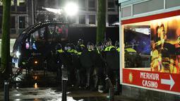 Polisi bersiap untuk mengamankan aksi protes yang digelar oleh warga Turki di Rotterdam, Belanda (11/3). Ketegangan ini terjadi beberapa jam setelah Mevlut Cavusoglu menyatakan akan terbang ke Rotterdam dan dilarang Belanda. (AFP/Emmanuel Dunand)