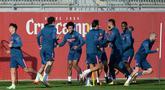 Para pemain Sevilla menghadiri sesi latihan sebelum menjamu Chelsea pada matchday kelima Grup E Liga Champions, di sport City di Seville pada Selasa (1/12/2020). Pertandingan antara Sevilla kontra Chelsea nanti akan menjadi laga perebutan gelar juara grup E. (CRISTINA QUICLE /AFP)