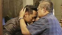 Momen saat SBY mengecup kening putra sulungnya, AHY. (dok. Instagram @agusyudhoyono/instagram.com/p/B4vxKr0nY4G/Putu Elmira)