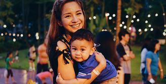 Kirana Larasati, janda satu anak yang memiliki pesona sangat memikat. Mengurus anak lelakinya seorang diri, penampilan Kirana sangat memesona.  (Instagram/kiranalarasati)