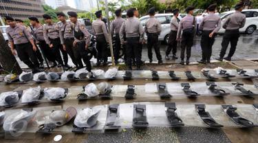 Sejumlah petugas kepolisian saat berjaga di kawasan Sarinah, Jakarta Pusat, Jumat (2/12). Meski aksi damai 2 Desember telah usai, mereka tetap berjaga sampai situasi kondusif. (Liputan6.com/Ferbian Pradolo)