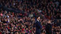 Ekspresi pelatih Real Madird Santiago Solari (kiri) dan pelatih Barcelona Ernesto Valverde saat bertemu pada leg pertama semifinal Copa del Rey di Stadion Camp Nou, Barcelona, Spanyol, Rabu (6/2). Pertandingan berakhir 1-1. (AP Photo/Manu Fernandez)