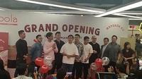 Gibran Rakabuming bersama Kaesang Pangarep dan Chef Arnold di pembukaan gerai Goola X Mangkok Ku. (Liputan6.com/Henry)