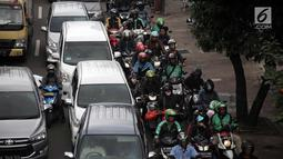 Sejumlah kendaraan terjebak macat di Jalan KH Abdullah Syafei, Tebet, Jakarta, Senin (12/2). Kemacetan tersebut imbas dari demo sopir angkot Mikrolet 44 dan metro mini Dian Mitra. (Liputan6.com/Arya Manggala)